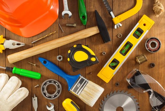 uitrustingsstukken-en-instrumenten-op-houten-muur_182252-4225